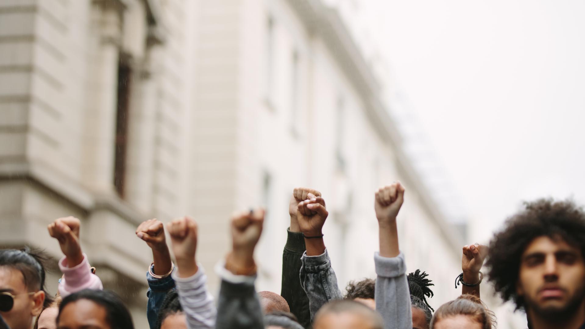"""Clientes da empresa do """"Faraó dos bitcoins"""" protestam contra autoridades"""