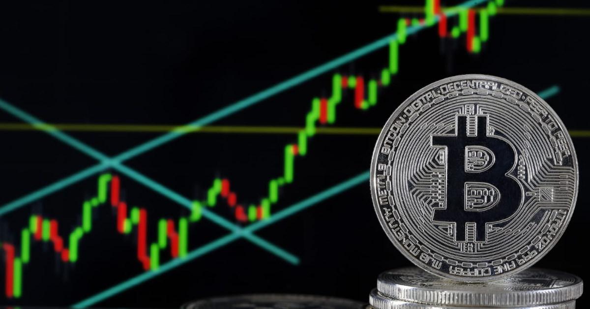 Mike McGlone : le Bitcoin peut toujours atteindre les 100 000 dollars en 2021, alors que des capitaux continuent d'affluer de l'or vers le BTC